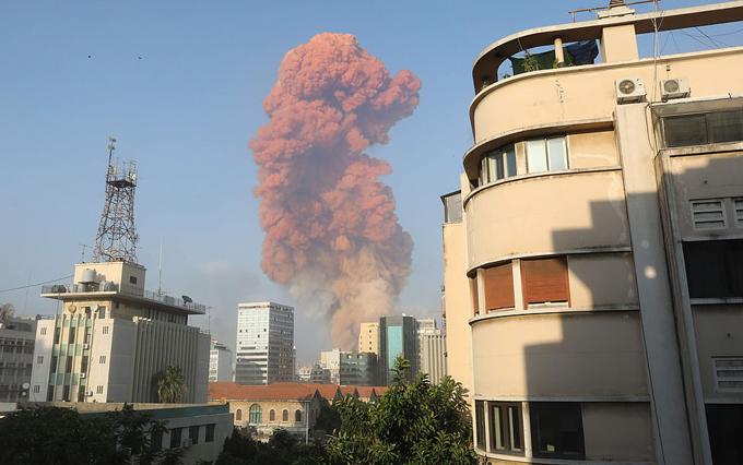 Hơn 2.750 tấn phân bón amoni nitrat tối 4/8 nổ tung sau khi một đám cháy lan ra tới nhà kho, nơi lưu trữ số lượng phân bón trên trong vòng 6 năm, và gây ra thảm hỏa.