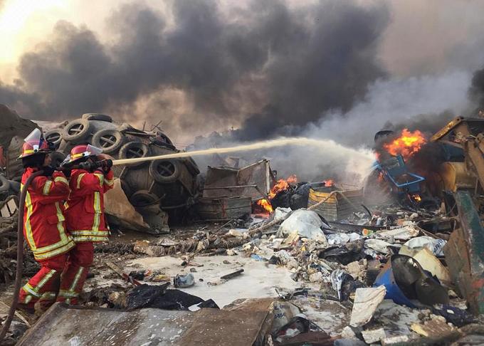 Cứu hỏa phun nước dập lửa sau vụ nổ gây thiệt hại nặng nề cho người dân ở bến cảng và thủ đô Beirut.