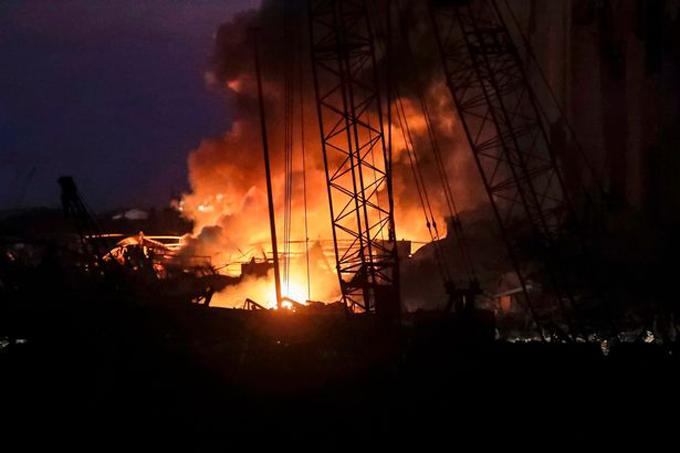 Lửa bùng lên sau vụ nổ kho phân bón tối 4/8. Ảnh: AFP.