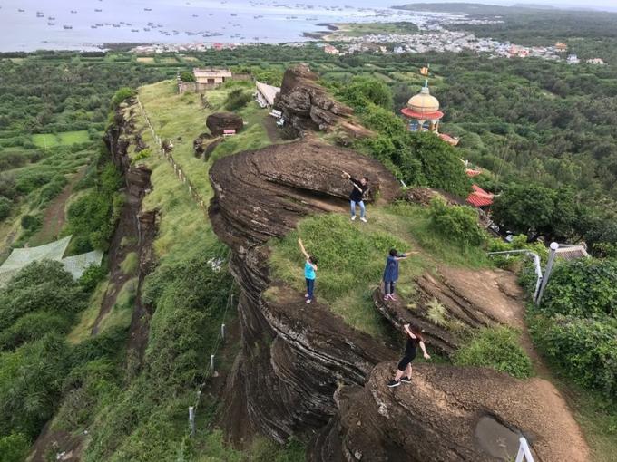 Tòan cảnh chùa Linh Sơn và núi Cao Cát từ trên cao. Ảnh Tính Phú Quý