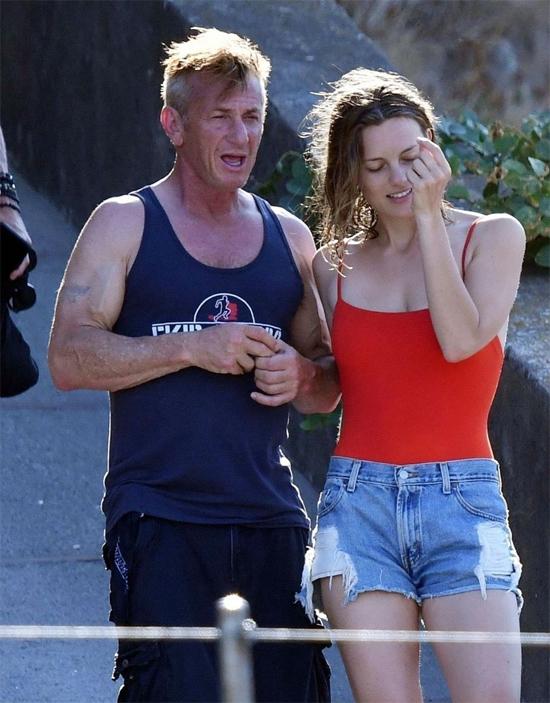 Sean Penn và bạn gái kém 32 tuổi trở thành vợ chồng trong lễ cưới siêu giản dị.