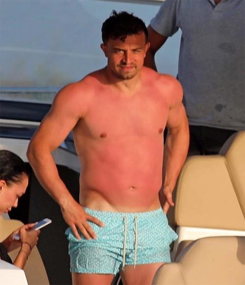 Có vẻ sao Liverpool quên bôi kem chống nắng nên bị cháy da khi đứng trên du thuyền neo đậu gần đảo Formentera. The Sun hài hước bình luận, Shaqiri có thể bị tưởng nhầm đang mặc áo truyền thống của The Kop đi nghỉ.
