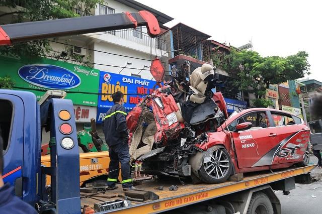 Xe bốn chỗ bẹp dúm được đưa đi sau tai nạn khiến 3 người tử vong tại chỗ. Ảnh:Nguyễn Ngoan.
