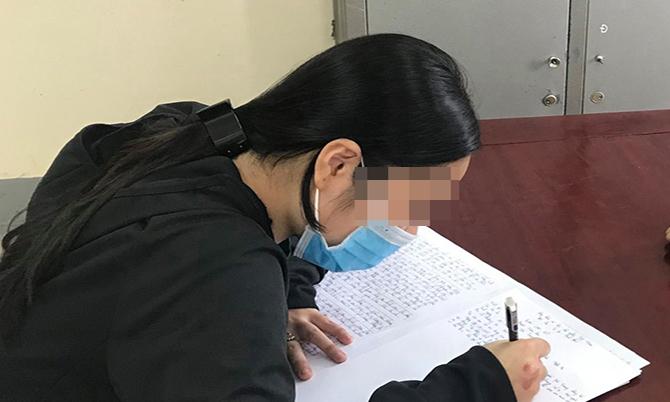 Cô gái 19 tuổi tại buổi làm việc với công an.