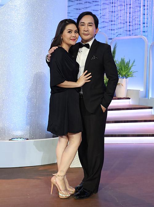 Vợ chồng Kim Tử Long là khách mời trong chương trình Chị em chúng mình. Cả hai mặc ton-sur-ton đen quấn quýt tình cảm trên trường quay.