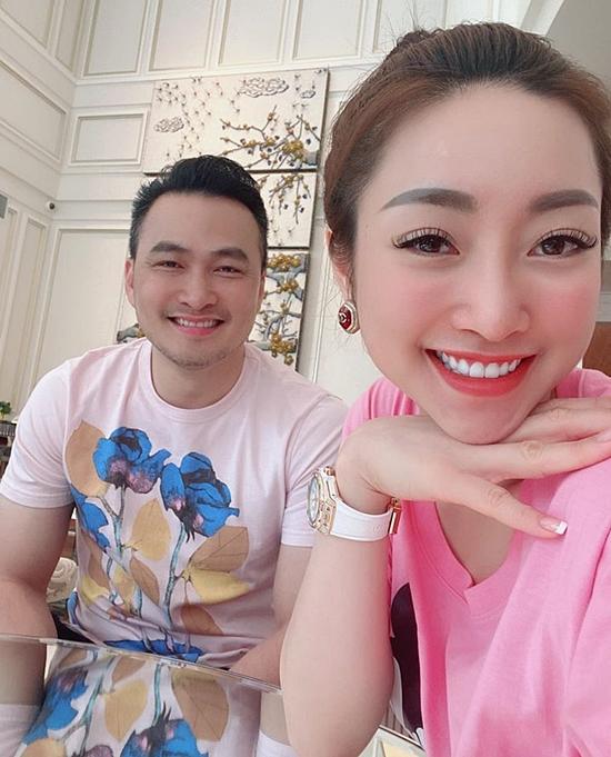 Yêu một nghệ sĩ nổi tiếng, Lý Thuỳ Chang gặp nhiều soi mói từ khán giả. Song Chi Bảo giúp bạn gái cởi mở, dần thoát ra khỏi áp lực vô hình ấy.