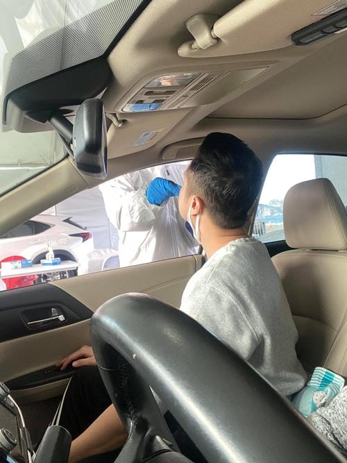 Ca sĩ Nhật Tinh Anh lấy mẫu dịch mũi.