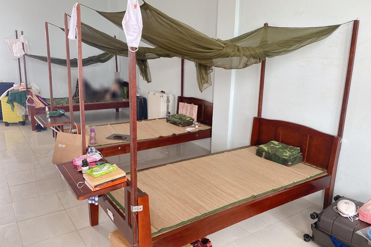 Minh Tú ở chung phòng với ba người bạn khác. Họ quen biết nhau ở Indonesia, lại trạc tuổi nên dễ hòa hợp trong sinh hoạt hàng ngày. Bốn cô gái ý thức, tự phân chia dọn dẹp không gian sống, lấy cơm lên phòng...