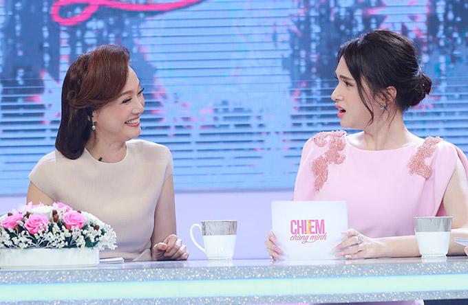 Nói về tình yêu, Hương Giang cho biết cô thích các anh chàng trẻ tuổi hơn mình còn nghệ sĩ Lê Khanh chỉ có cảm xúc với đàn ông hơn tuổi.