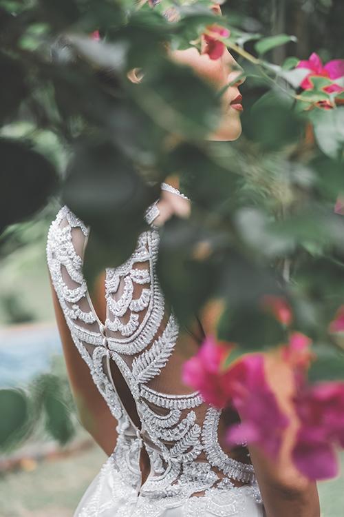 Trương Thanh Hải thường chọn lựa các hình ảnh từ thiên nhiên để đem vào tấm áo cưới. Hoạ tiết cách điệu từ bông lúa được điểm thêm hạt bắt sáng, giúp tấm áo cưới nổi bật dù là phía sau.