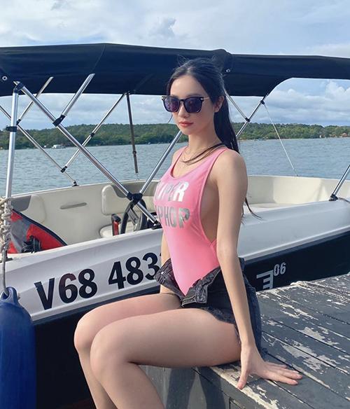 Khi đi du lịch ở Phúc Quốc, Jun Vũ cũng cập nhật trend diện quần mở khoá khi mix mẫu monoini tông hồng cùng quần short đen.