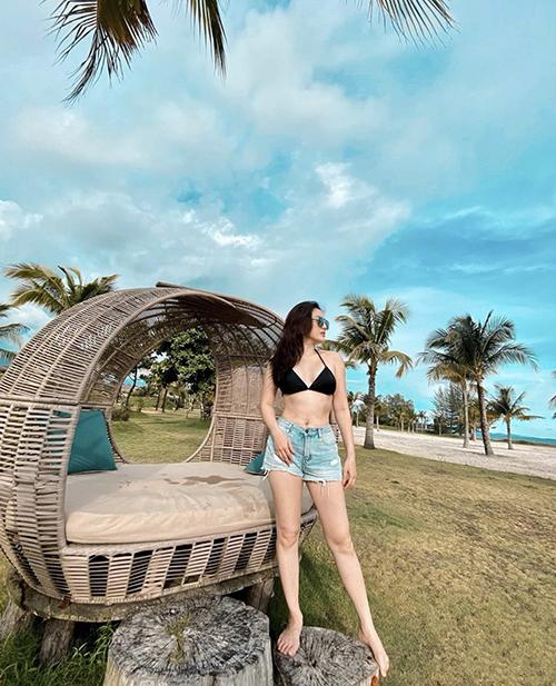 Sử bikini hai mảnh cùng quần short jeans cũng là phong cách được Bảo Thy và nhiều sao Việt yêu thích khi đi du lịch biển.