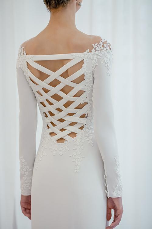 Một thiết kế áo cưới khác có lưng đan dây.