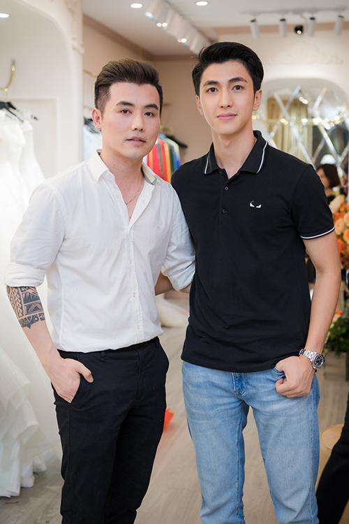Diễn viên Bình An tháp tùng bạn gái Phương Nga từ Hà Nội xuống Hạ Long để ủng hộ John Kim.