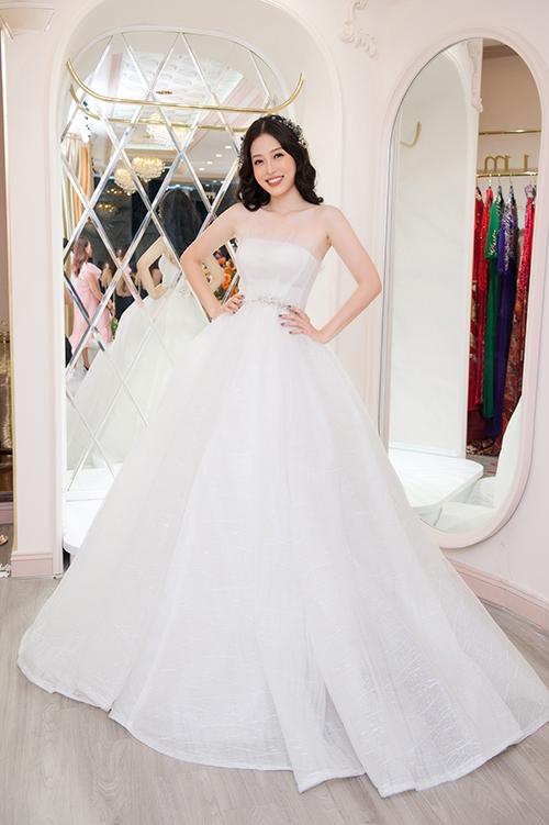 Á hậu Phương Nga trông như một nàng công chúa khi diện váy cưới trắng tinh dáng xòe.