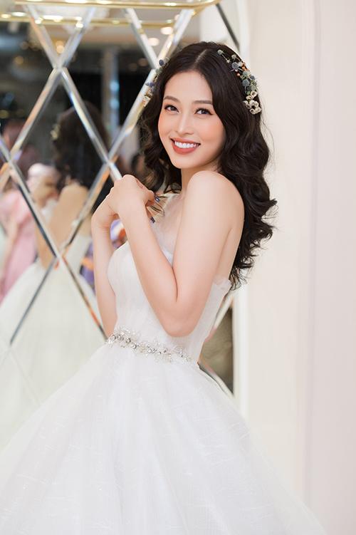 Phương Nga ghi điểm bởi vẻ đẹp ngọt ngào, nữ tính. Cô thân thiết với chuyên gia trang điểm John Kim từ nhiều năm nay nên lập tức đồng ý khi được anh mời về Hạ Long dự sự kiện.
