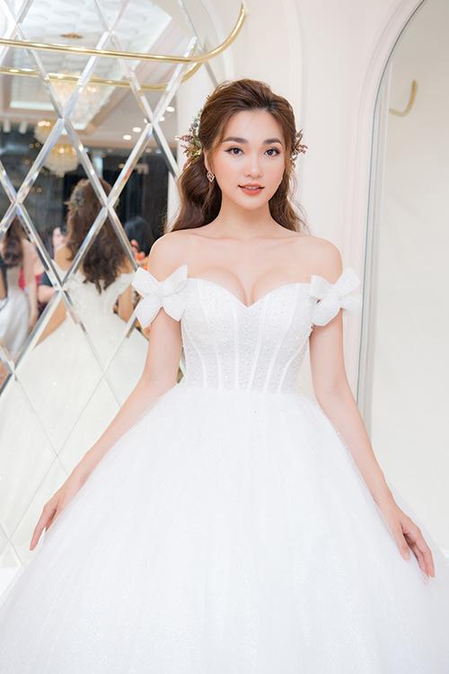 Người đẹp Ngọc Nữ khoe ngực đầy với váy cưới trễ vai.