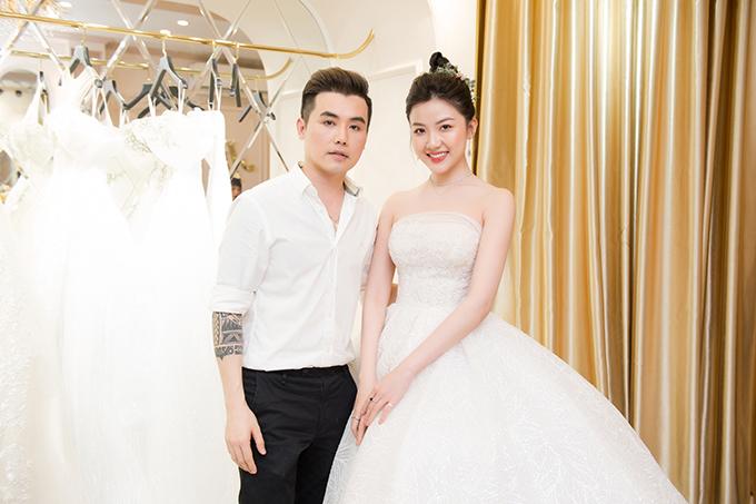 Diễn viên Lương Thanh cũng có mặt để ủng hộ John Kim. Cô được biết đến với vai tiểu tam trong phim Hoa hồng trên ngực trái và cô công nhân trong Những cô gái trong thành phố.