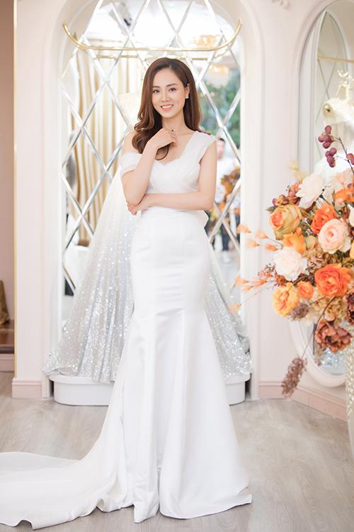 Bạn gái Công Lý khoe dáng trong một thiết kế đuôi cá dài thướt tha dành cho cô dâu tại showroom của John Kim. Trước khi trở thành nhà báo như hiện nay, Ngọc Hà từng là top 10 Hoa hậu Du lịch Việt Nam 2008.