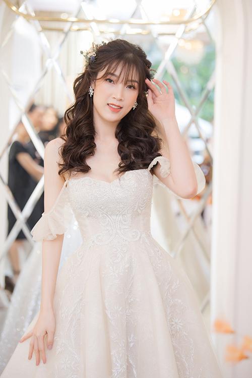 Hoa hậu Áo dài Phí Thùy Linh trẻ trung với tóc mái mưa.