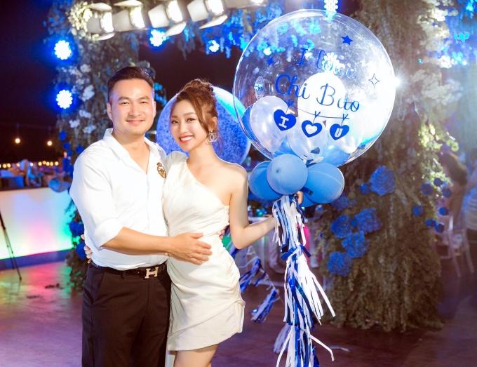 Dù chênh tuổi nhau khá lớn, Chi Bảo và Lý Thùy Chang được khen ngợi xứng đôi. Thời gian qua, họ thoải mái công khai tình cảm và xuất hiện ở nhiều sự kiện.