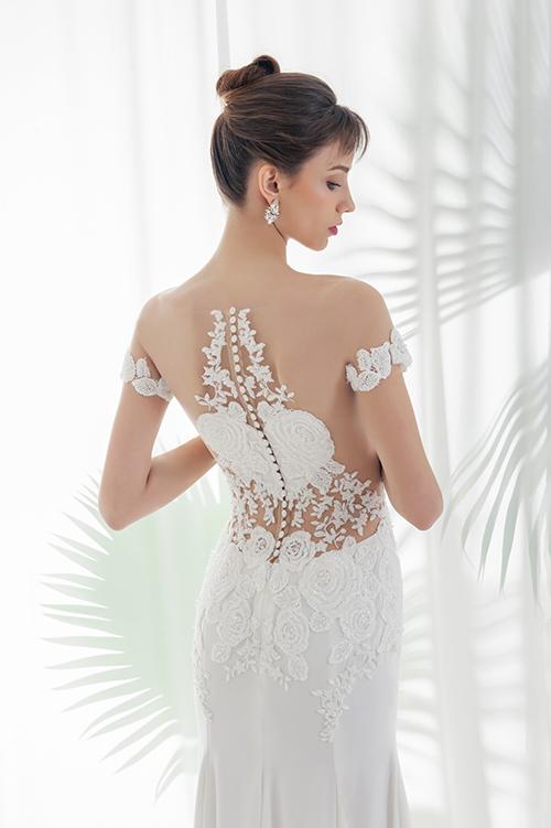 NTK thách thức chính mình với kỹ thuật tạo hình trên vải sao cho vừa đáp ứng tính thẩm mỹ, vừa tạo nên dấu ấn riêng của bản thân. Từng mảng ren hoa hồng được tính toán để cắt tỉa, phối ghép, cách điệu thành hình trái tim trên lưng váy.