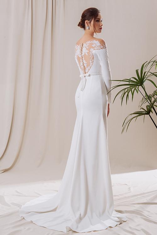 Lớp vải xuyên thấu như biến hoạ tiết ren được dán lên làn da cô dâu.