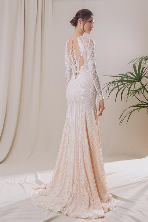 Một mẫu váy ôm màu cam hồng pastel với hoạ tiết hoa cỏ và đường chéo, giúp cô dâu trở nên hút ánh nhìn.