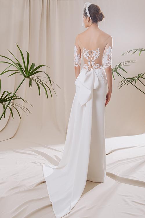 Chỉ một chút ren trên nền vải xuyên thấu cũng giúp tạo nên nét chấm phá, thu hút của bộ đầm cưới.
