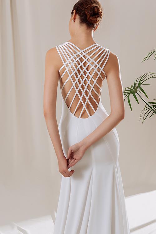 Không chỉ bằng những hoạ tiết ren cầu kỳ, đôi khi NTK tạo nên mặt lưng từ những sợi dây vải được đan đăng đối, tạo nên vẻ đẹp vượt thời gian cho tấm áo cưới.