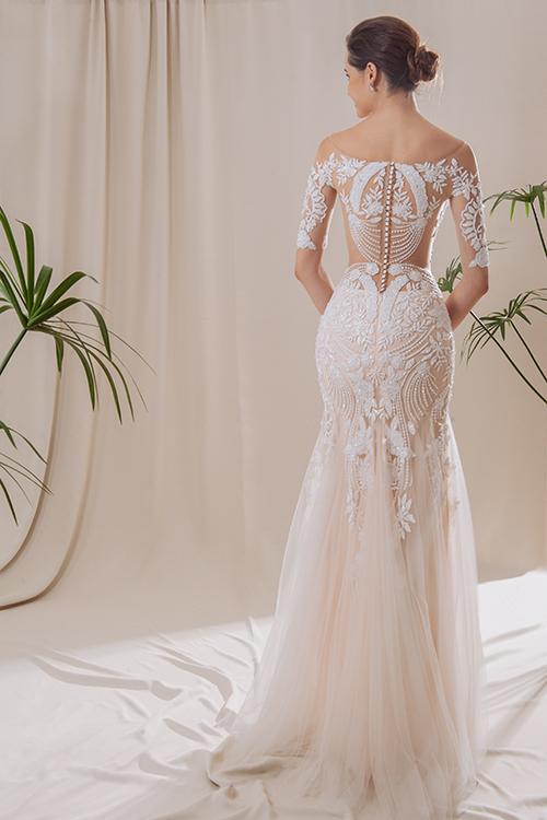Váy cưới đuôi cá có lưng xuyên thấu như một tác phẩm tranh điêu khắc.