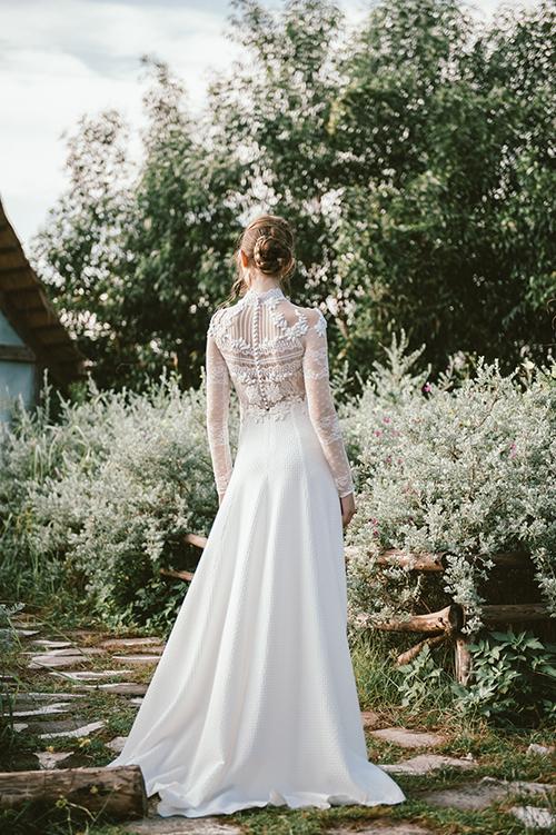 Hình ảnh quý cô kiêu kỳ nước Pháp như được tái hiện với mặt lưng váy thêu ren cổ điển được bố trí theo hàng lối ngang dọc ngay ngắn.