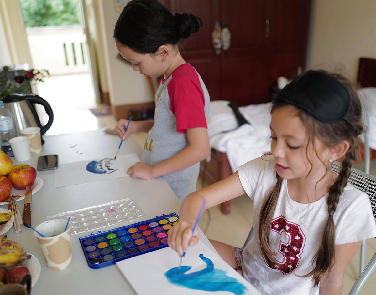 Hơn một tuần ở khu cách ly tập trung tại doanh trại quân đội, Tôm và Tép - cặp song sinh nhà ca sĩ Hồng Nhung đã hoàn toàn thích ứng với cuộc sống nơi đây. Bị hạn chế ra ngoài, chủ yếu sống trong bốn bức tường nên hai bé tự tạo niềm vui bằng cách vẽ tranh, gọi điện cho bạn bè, chơi iPad...