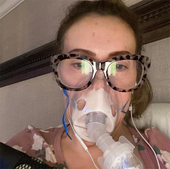 Alyssa Milano bị suy hô hấp, tức ngực, đau khắp cơ thể khi nhiễm Covid-19.