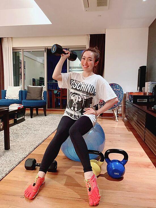 Thời gian giãn cách xã hội vì Covid-19, người đẹp vẫn cố gắng tự tập luyện ở nhà.
