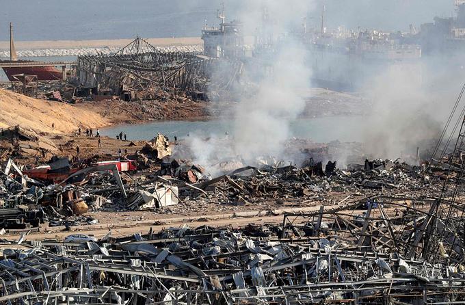 Khung cảnh hoang tàn của vụ nổ nhà kho chứa 2.750 tấn amoni nitrat ở bến cảng Beirut hôm 4/8. Ảnh: AFP.