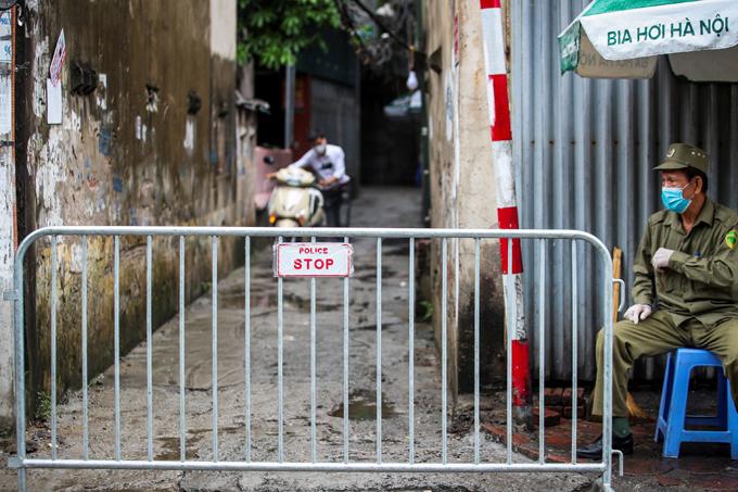Ngõ 4, phố Kiều Mai, phường Phúc Diễn, quận Bắc Từ Liêm - nơi bệnh nhân 714 sinh sống, đang được cách ly sáng 6/8. Ảnh: Phạm Chiểu.