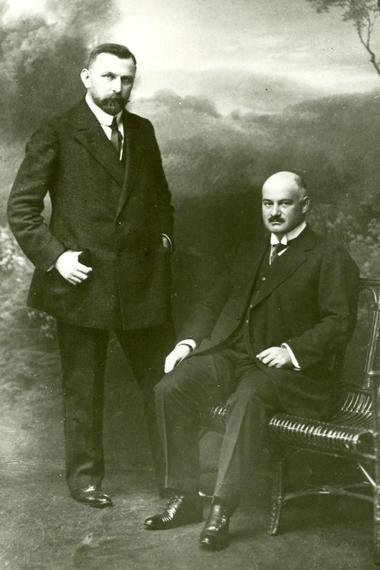 Doanh nhân Fritz Hoffmann (phải), nhà sáng lập hãng dược Roche. Ảnh: Roche.