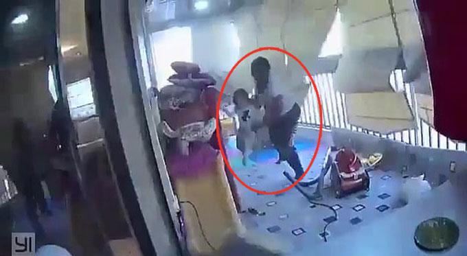 Người giúp việc ôm bé gái chạy trốn khỏi vụ nổ Beirut hôm 4/8. Ảnh cắt từ video.
