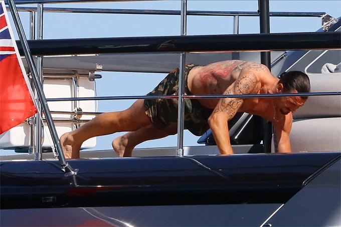 Ibrahimovic cùng gia đình đang tận hưởng kỳ nghỉ hè cùng gia đình tại vùng biển Saint-Tropez, Pháp. Măc dù vậy, tiền đạo người Thuỵ Điển vẫn chăm chỉ tập luyện để duy trì sức khoẻ và vóc dáng.