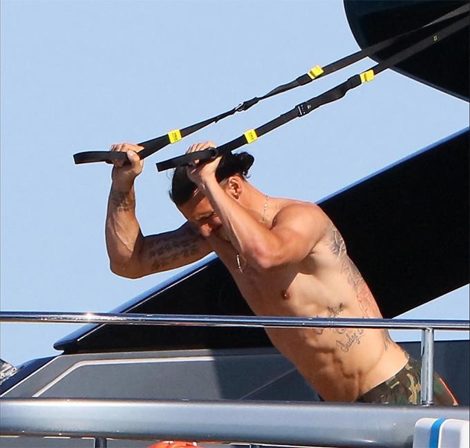 Ibrahimovic thuê một du thuyền làm chỗ vui chơi cho gia đình. Du thuyền được trang bị một số dụng cụ tập gym để tiền đạo sinh năm 1981 tập luyện.