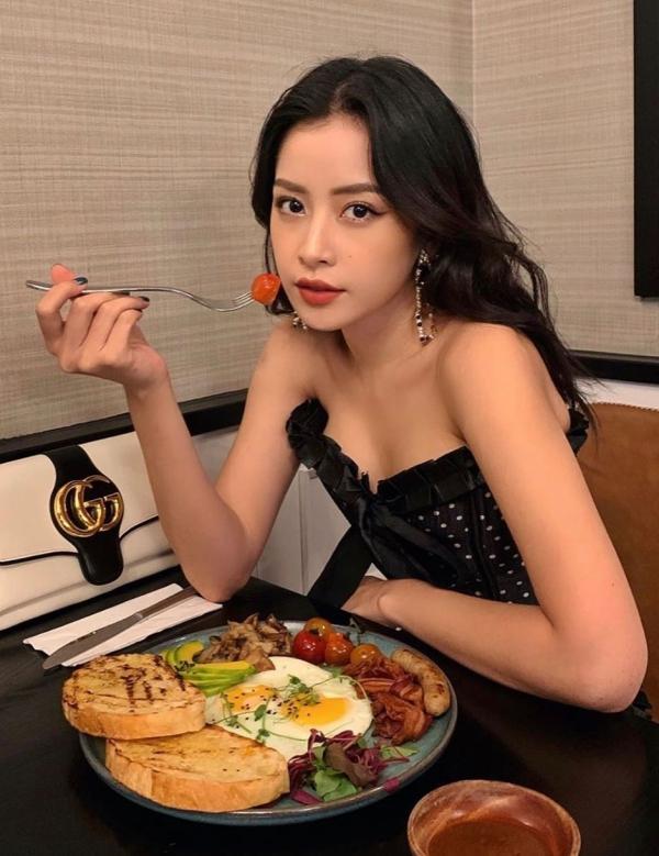 Menu nhà hàng phong phú theo phong cách ẩm thực Mỹ, châu Á, món Việt. Bạn có thể yêu cầu món chay nếu muốn. Chipu có dịp dùng bữa sáng với những món quen thuộc như bánh mì ốp la, xúc xích, rau xanh... Đây là một trong những thực đơn sáng được nhiều khách chọn nhất vì chuẩn bị nhanh, gọn, lại đủ chất.