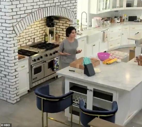 Selena Gomez học nấu ăn trong căn bếp của cô.
