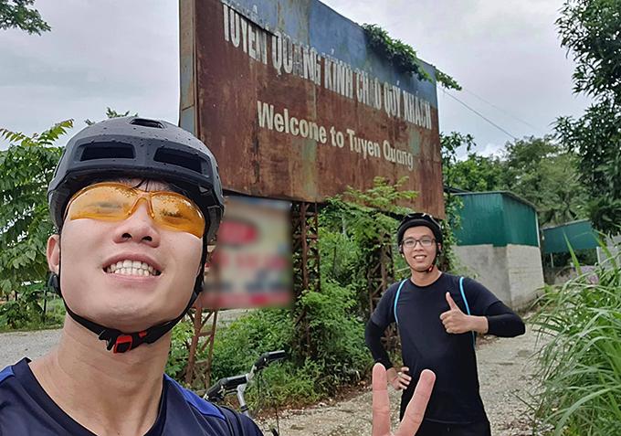 Xuân Trường chụp ảnh check-in khi đạp xe về đến Tuyên Quang. Ảnh: LXT.