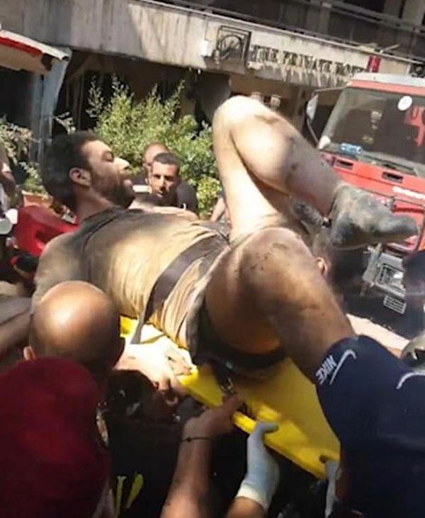 Một người đàn ông được kéo khỏi đống đổ nát ở Beirut hôm 5/8. Ảnh: Twitter.