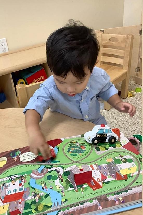 Phạm Hương theo dõi con sát sao trong những ngày đầu đi học. Ở lớp, Max hào hứng chơi