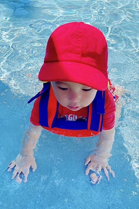 Bà mẹ một con còn tận dụng thời gian đưa con đi học bơi.