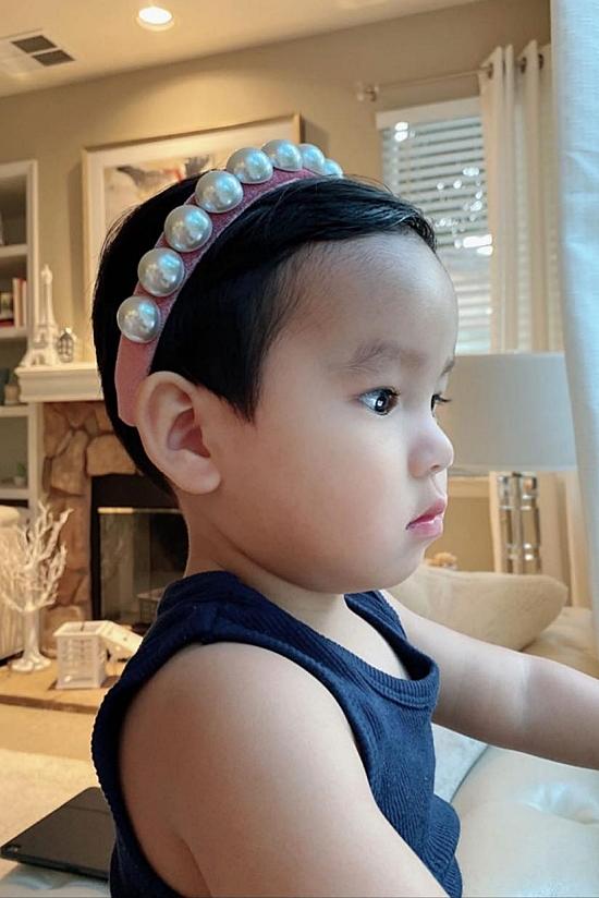 Maximus chào đời hôm 23/12/2018. Đến khi cậu bé tròn một tuổi, Phạm Hương mới công khai danh tính của con. Cô chọn cái tên Maximus - có nghĩa chiến binh - vì mong con trai luôn mạnh mẽ trong cuộc sống. Ở nhà, cậu bé được bố mẹ gọi bằng tên thân mật Max, không có tên tiếng Việt nào khác.