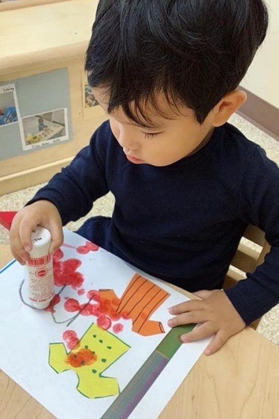 Cô giáo còn hướng dẫn Max thể hiện khả năng sáng tạo bằg vẽ tranh.