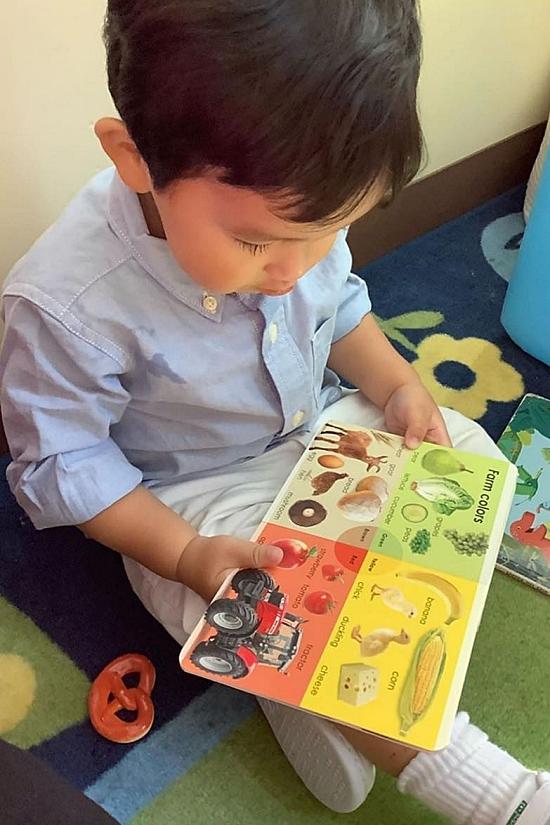 Maximus được mẹ cho làm quen với sách từ khi mới 4 tháng tuổi. Do đó, nhóc tỳ mê đọc sách,